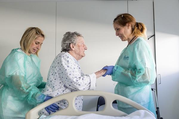 Enfermeras del Hospital de Mollet asisten a una anciana. / Ariadna Creus i Àngel García.