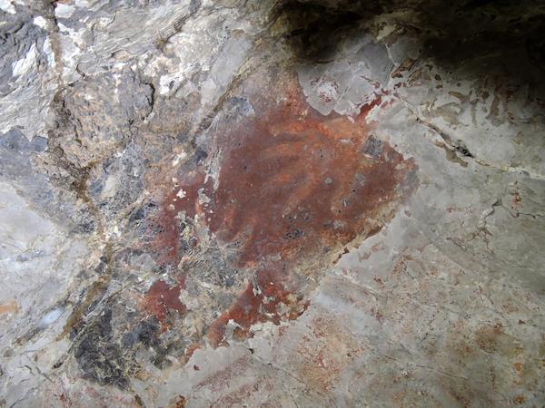 Pintura de manos en negativo en la cueva Lene Hara de Timor. / Marcos García.