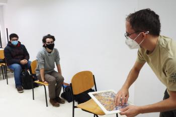 Alumnos de Tomelloso ante el microscopio. / M.M.