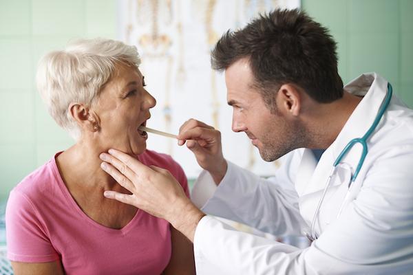 El profesional sanitario comprueba el origen de la infección antes de recetar antibióticos. / gpointstudio.