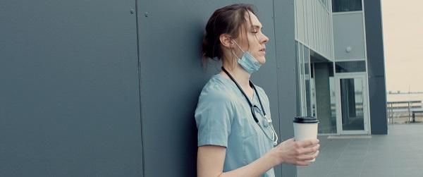 Según avanza la pandemia aparecen más síntomas de agotamiento en sanitarios. / Shutterstock.