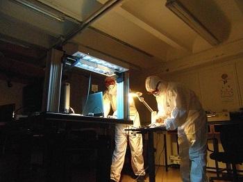 Tareas de calibración de las lámparas ultravioleta en los laboratorios de la UCM. /Javier Alda.
