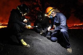 La UME apoyando el trabajo de científicos que analizan muestras de lapili del volcán. / IGME.