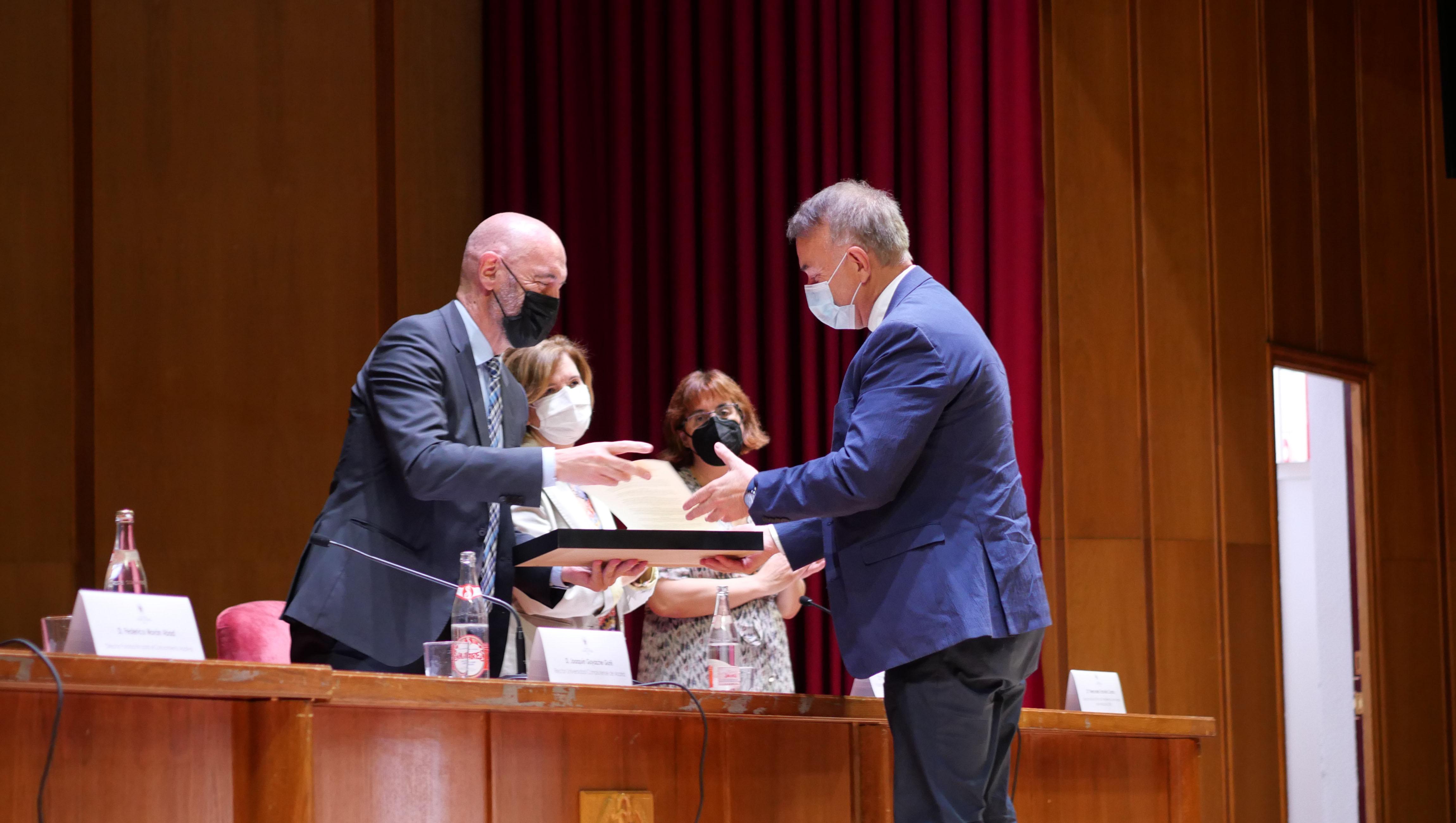 El profesor Javier Pérez Trujillo recibe su premio de manos del rector de la Universidad, Joaquín Goyache