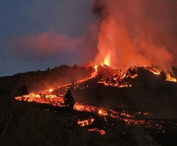 El volcán en su primera noche de erupción. /Unidad de Respuesta Geológica de Emergencias del IGME-CSIC